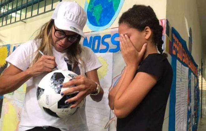 Marta autografando bola (Crédito: Arquivo Pessoal)