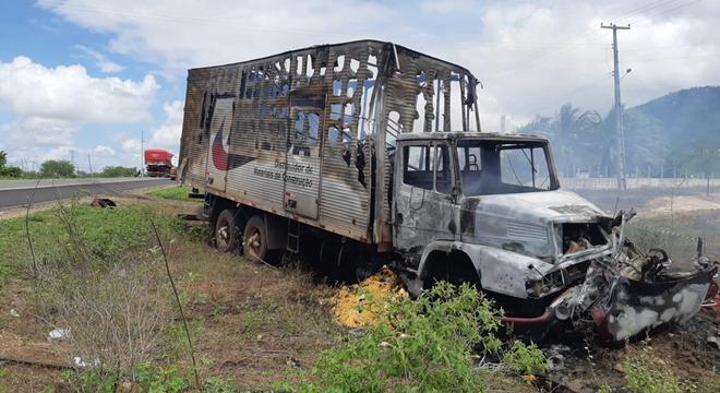 A vítima fatal conduzia um carro de passeio quando colidiu de frente com um caminhão (Crédito: Ascom/PRF)