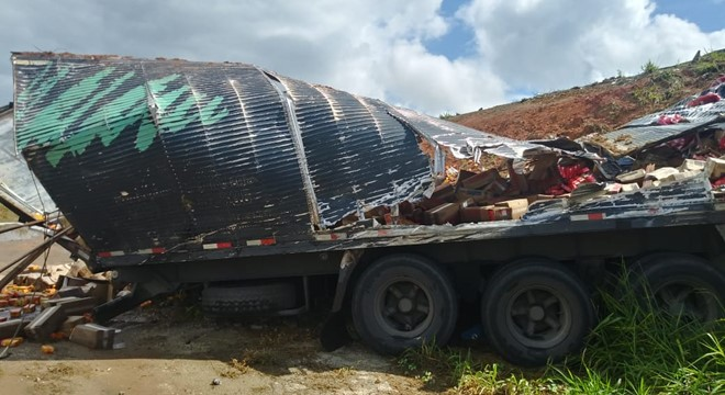 O acidente aconteceu no viaduto próximo a cidade de Rio Largo; motorista ficou ferido e foi socorrido ao hospital (Crédito: Oziel Nascimento/BR104)