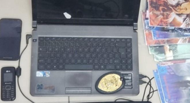 Polícia apreendeu um notebook, dois aparelhos celulares e diversos DVDs piratas de jogos e séries de televisão (Crédito: Gazetaweb)