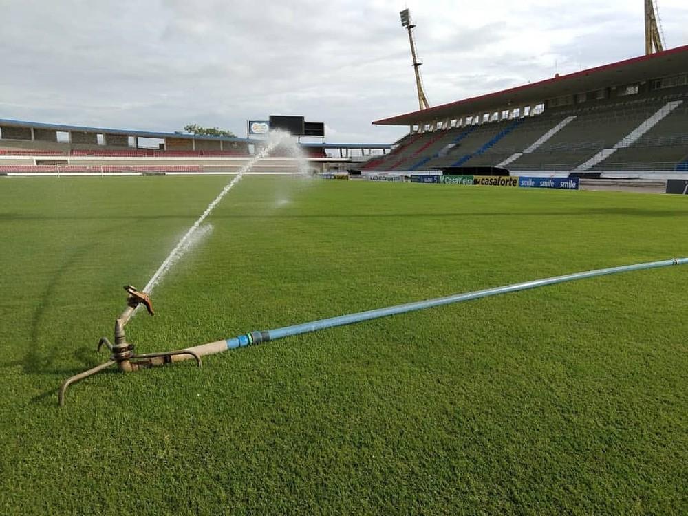 Gramado do estádio Rei Pelé em irrigação especial (Créditos: Reprodução/Imagem-Ascom Sejaj)