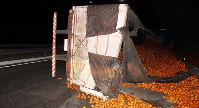 Acidente aconteceu na noite dessa terça feira (02), em Pilar; caminhão estava carregado com laranjas (Crédito: Maury Jr./Matão Urgente)