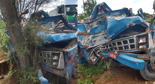 O condutor do veículo teria perdido o controle da direção e colidido contra a árvore após um defeito no eixo da roda (Crédito: CBM/AL)