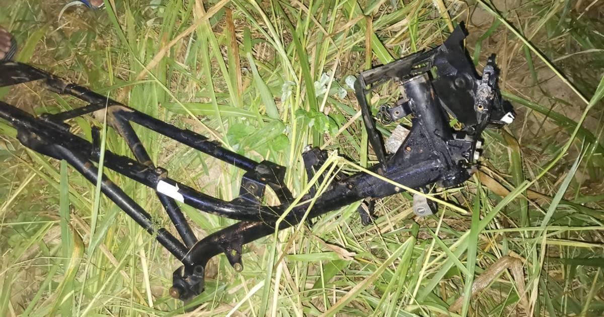 Chassi de moto foi encontrado em região de mata - © BR104