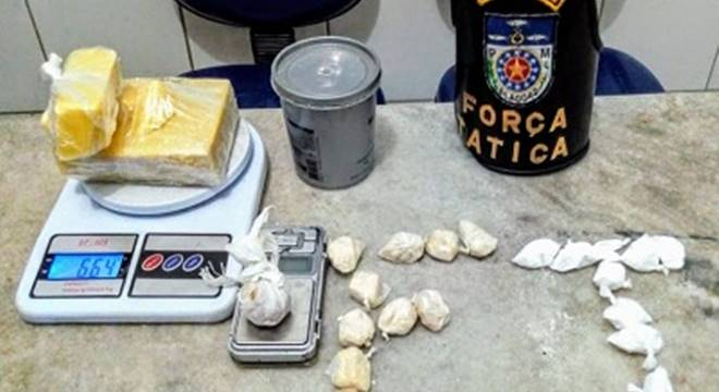 Drogas foram apreendidas pelo 4º BPM com suspeito no bairro Rio Novo — © PM/AL