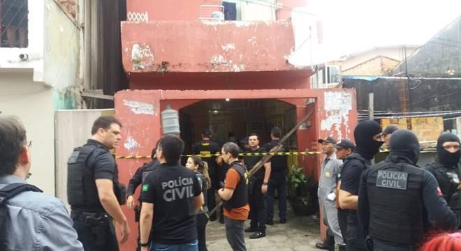 Policiais em frente ao bar onde a chacina ocorreu — © Jalilia Messias/TV Liberal