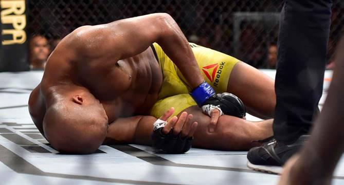 Anderson Silva, machucado, sai mancando do octógono (Créditos: Reprodução/Internet)