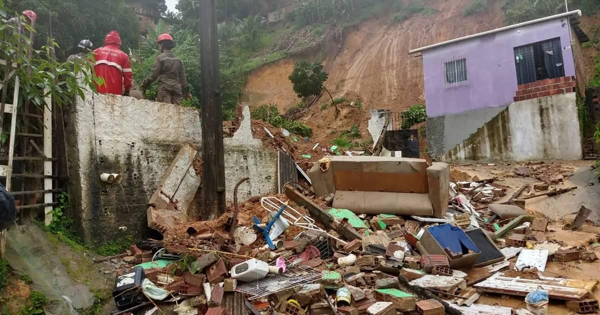 Deslizamento de barreira na Estrada do Passarinho, em Olinda, deixou dois idosos mortos nesta quarta-feira (24) — © Wanessa Andrade/TV Globo
