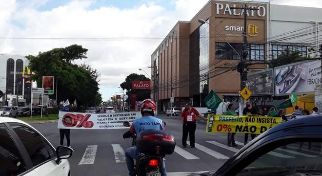 Protesto dos servidores municipais acontece na Avenida Fernandes Lima — © Emanuelle Gouveia