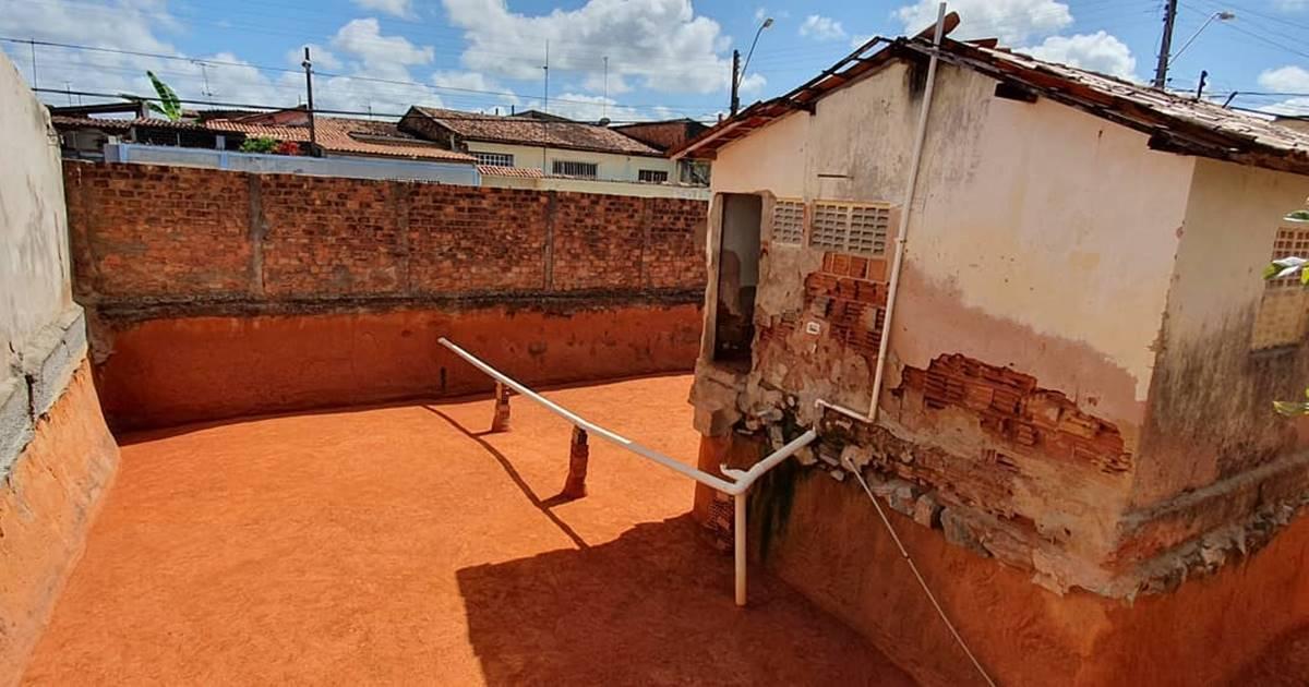 Juntas, as duas senhoras utilizaram uma colher de pedreiro para escavar todo o terreno no entorno da casa — © Cortesia
