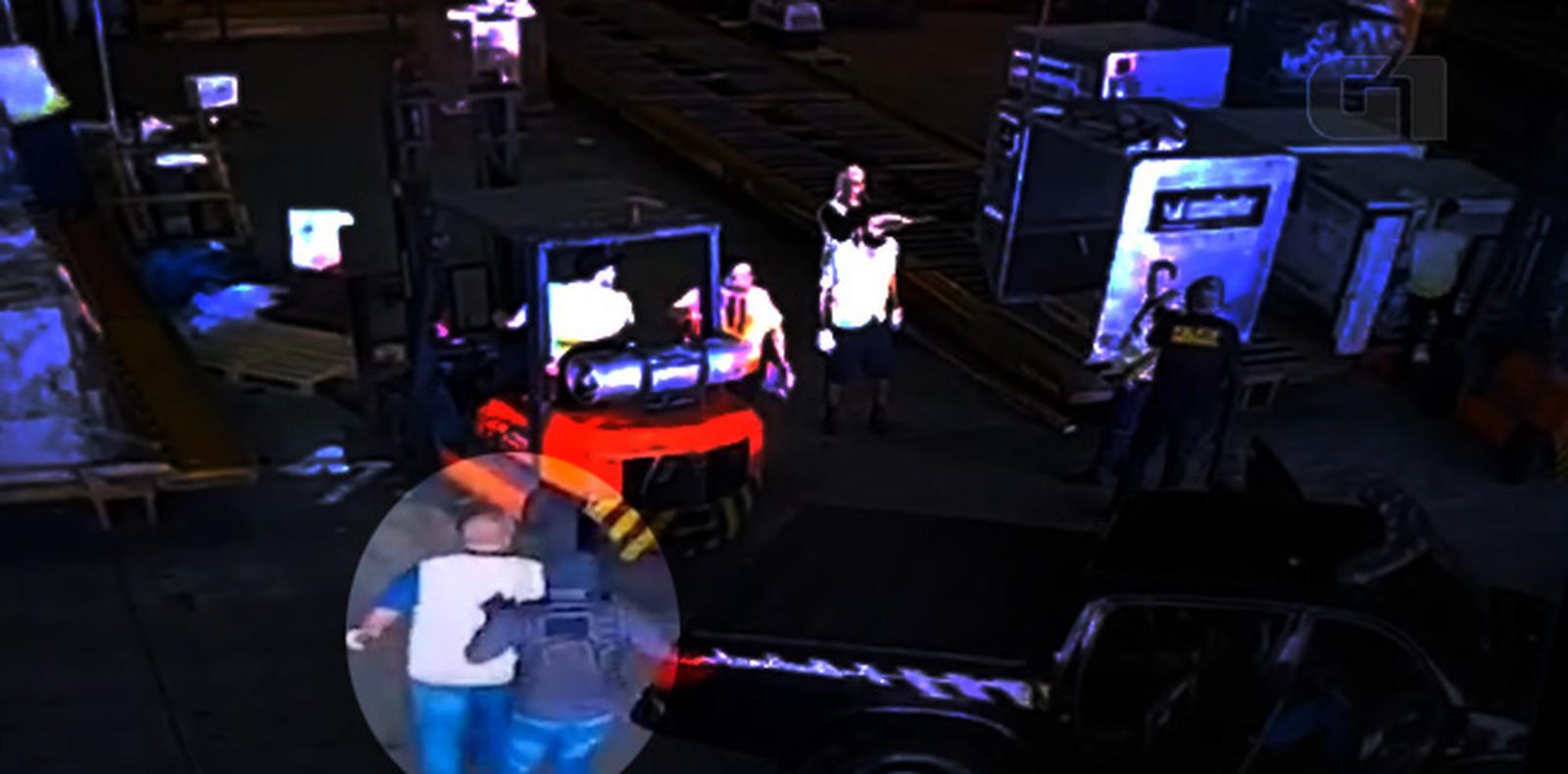 O caso aconteceu na tarde da última quinta-feira (25). Câmeras de segurança registraram a ação dentro do terminal — © Reprodução