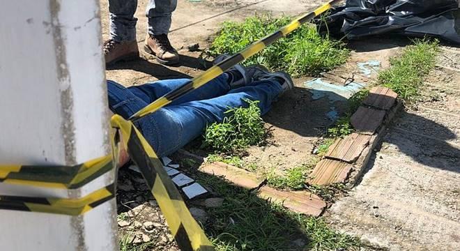 Polícia isolou o local que o corpo foi encontrado — © Henrique Pereira/TV Pajuçara