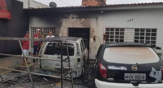 O fato aconteceu na madrugada desta terça-feira (13), no bairro da Gruta; suspeita-se de incêndio criminoso — © Evandro Amorim/TV Ponta Verde