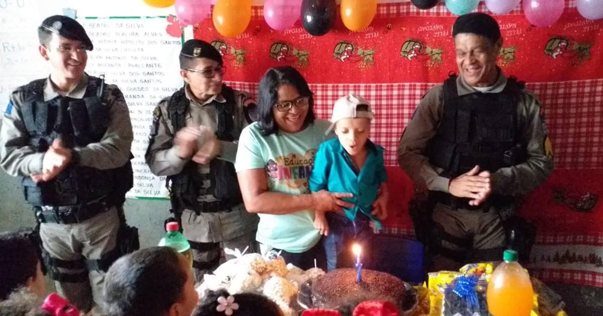 Militares do 2° BPM presenteiam criança com aniversário em União — © Cortesia ao BR104