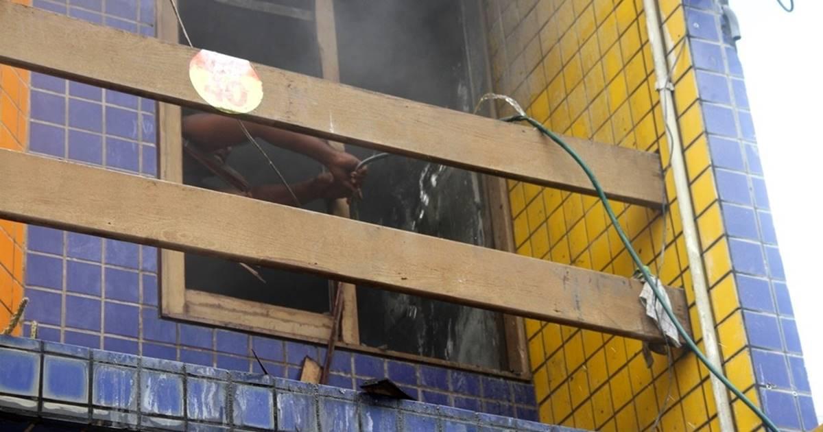 Populares se mobilizaram para debelar as chamas — © Luzamir Carneiro/JGNoticias