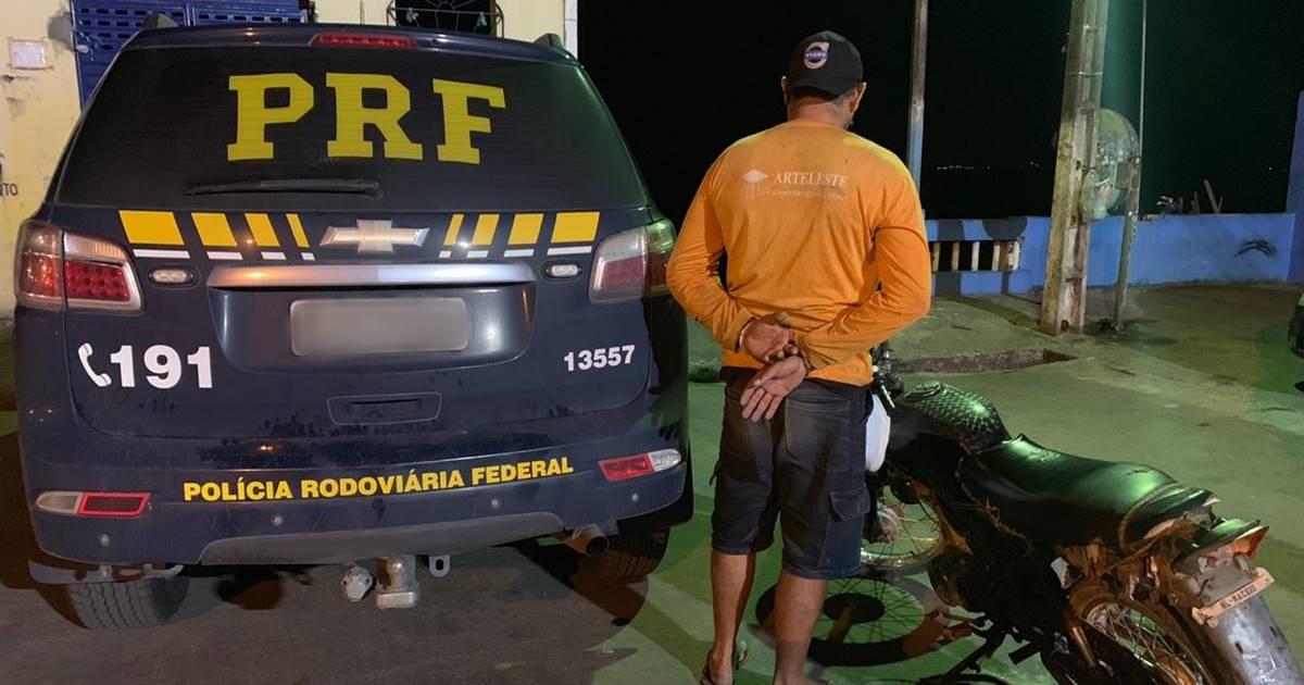 O veículo havia sido roubado em março deste ano na cidade de Penedo; condutor foi encaminhado à delegacia — © Ascom/PRF