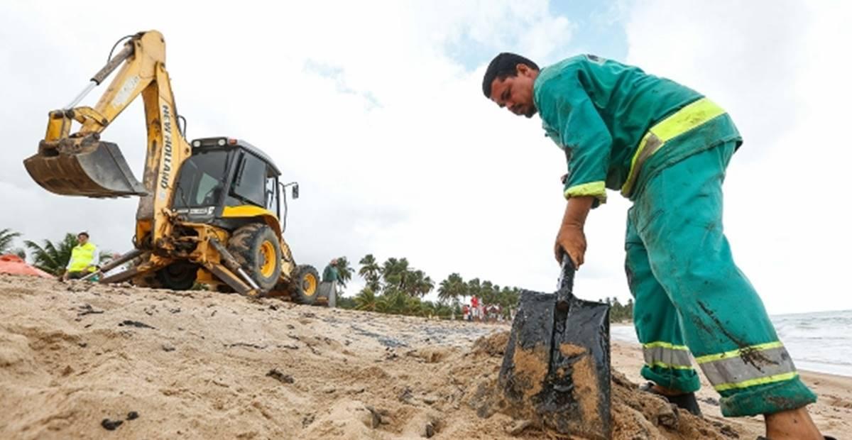 Detentos do sistema prisional vão ajudar na retirada de óleos em praias Alagoanas — © Reprodução
