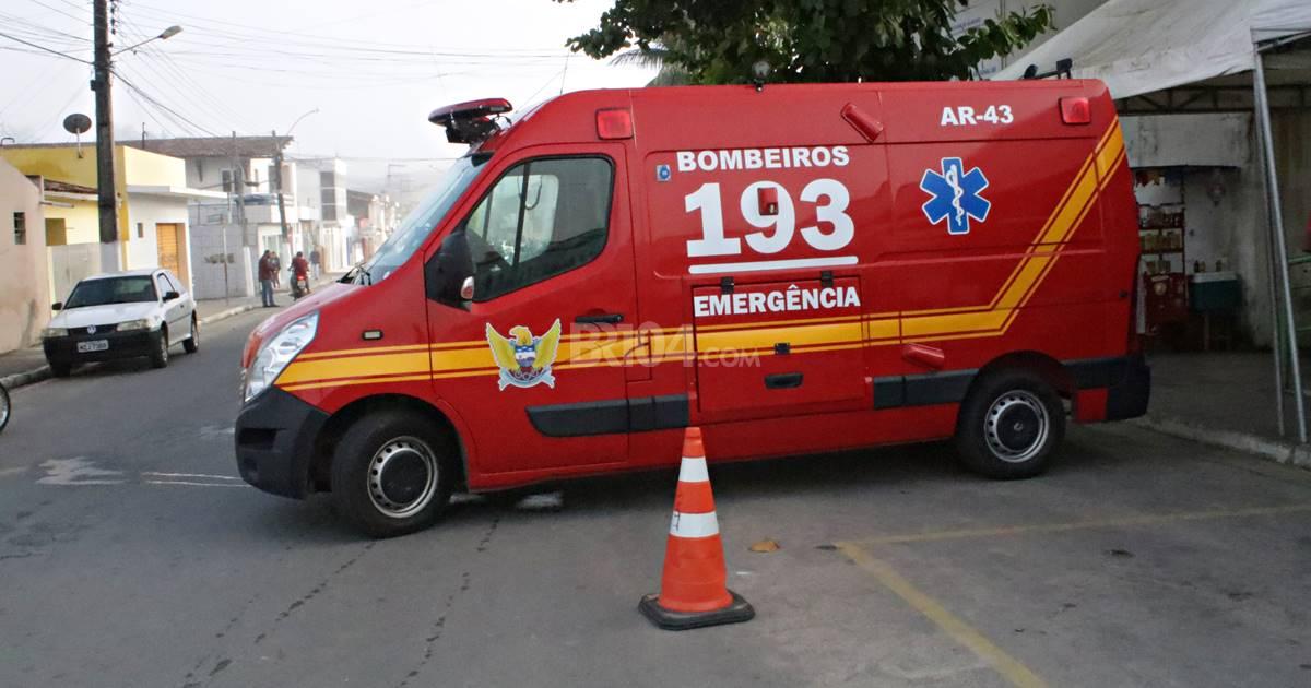 Jovem é socorrido ao hospital após sofrer queda de moto — © Gustavo Lopes/BR104/Arquivo