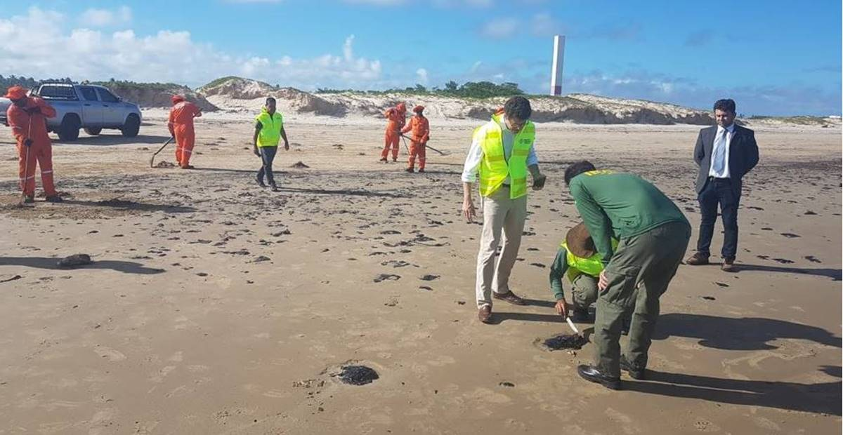 Ministro do Meio Ambiente sobrevoa área afetada por mancha de óleo no litoral de Alagoas — © Reprodução