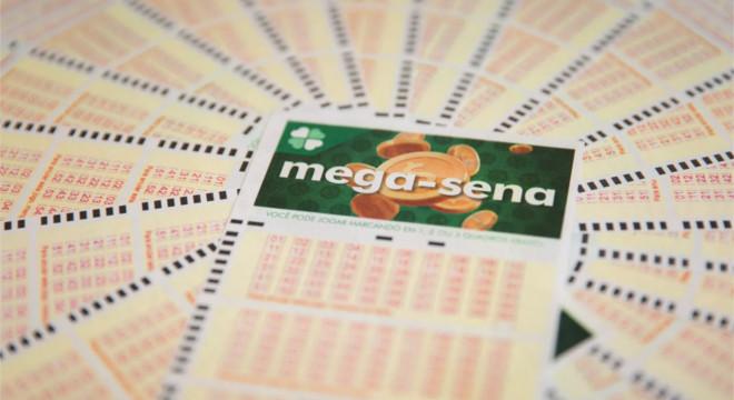 Aposta única da Mega-Sena custa R$ 4,50 e apostas podem ser feitas até às 19h — © Marcelo Brandt/G1