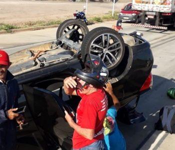 Motorista do Logan, ficou preso nas ferragens — © Cortesia