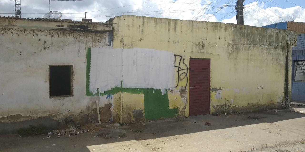 Autoria das pichações é desconhecida e foram apagadas ainda na manhã de hoje — © Gustavo Lopes/BR104