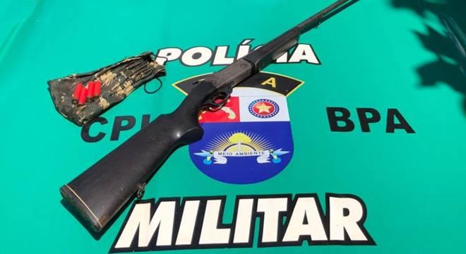 Arma foi encontrada com Claudio Santana da Silva, de 46 anos — © BPA