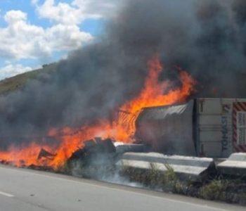 Carreta tomba e pega fogo na BR-101, em Messias — © Arquivo pessoal/ Cristiano Guedes