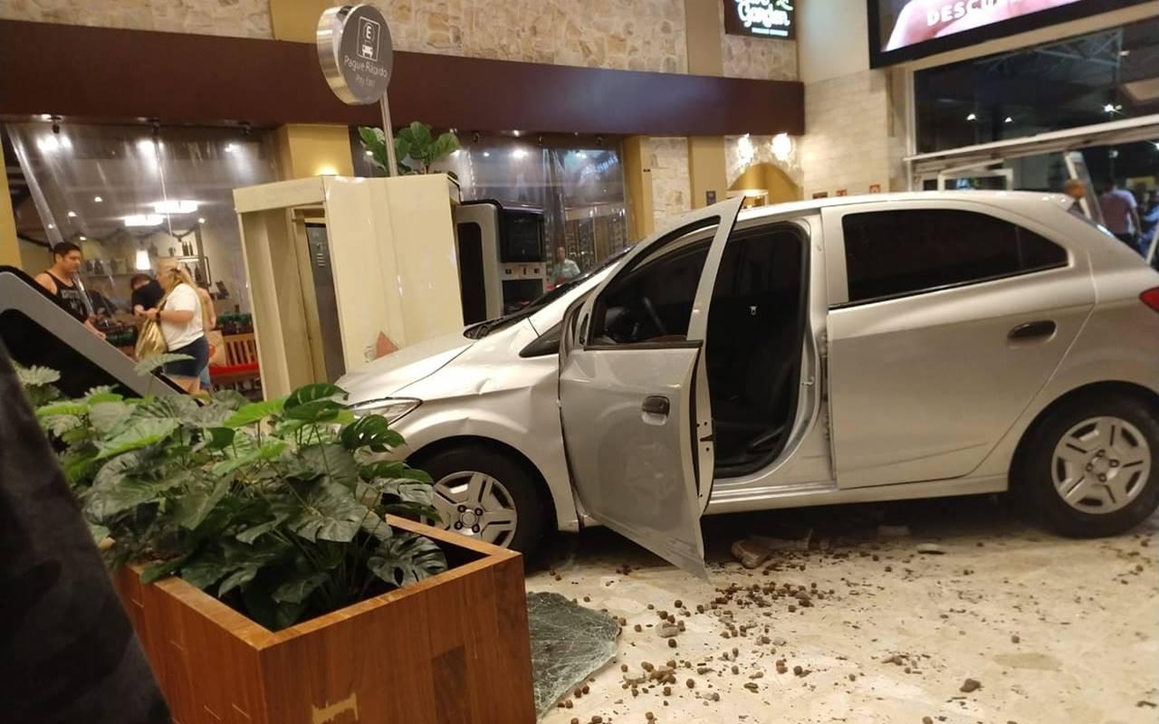 Carro invade Shopping Center Norte após motorista passar mal — Foto: Andrea Ronchi/Divulgação