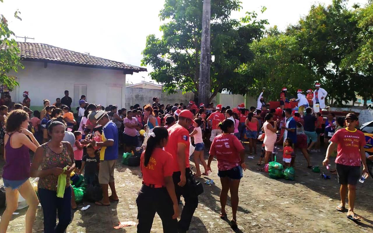 Centenas de pessoas compareceram à escola Professora Maria de Lourdes Rocha — © Assessoria