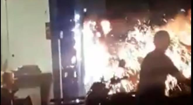 Medidor de energia em chamas — © Reprodução/Vídeo
