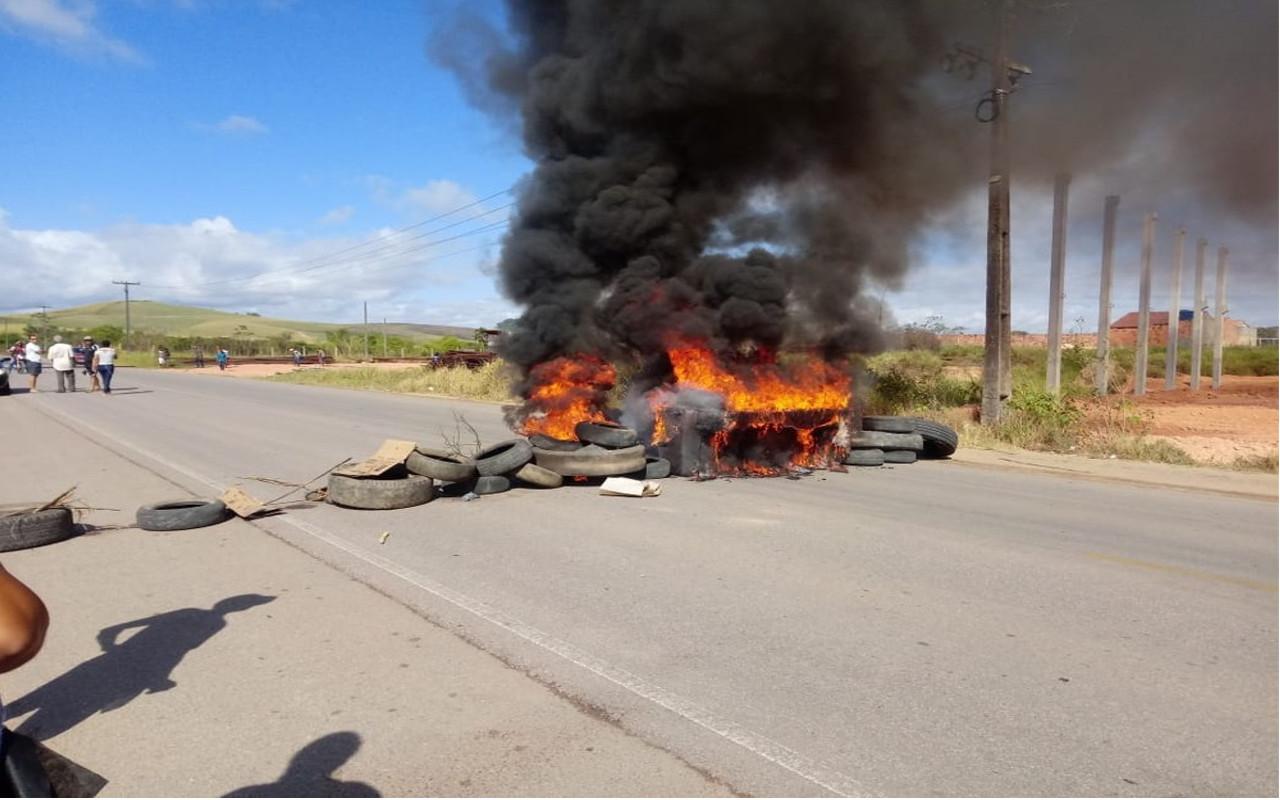 Moradores de Porto Calvo fecham trecho da AL-105 e pedem liberação de corpo no IML — © Patrícia Wanderley