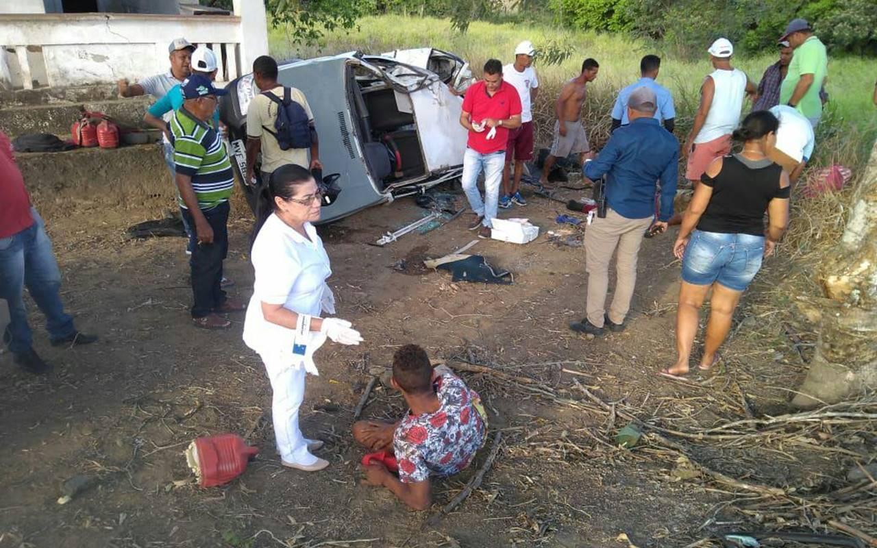 Carro capota e deixa dois feridos na BR-104 — © Cortesia