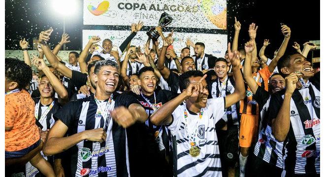 ASA no levanta a taça da Copa Alagoas — © Ailton Cruz