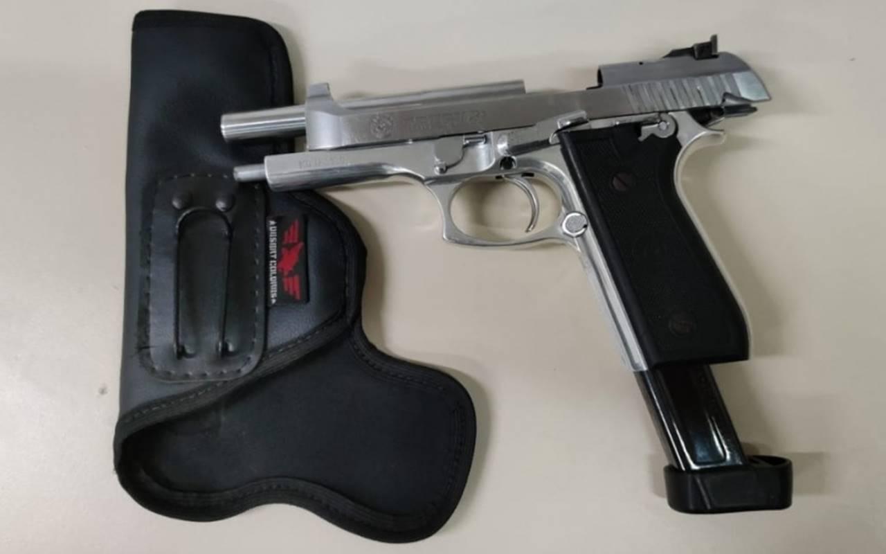 Arma de fogo estava com o suspeito no momento da abordagem — © PM/AL