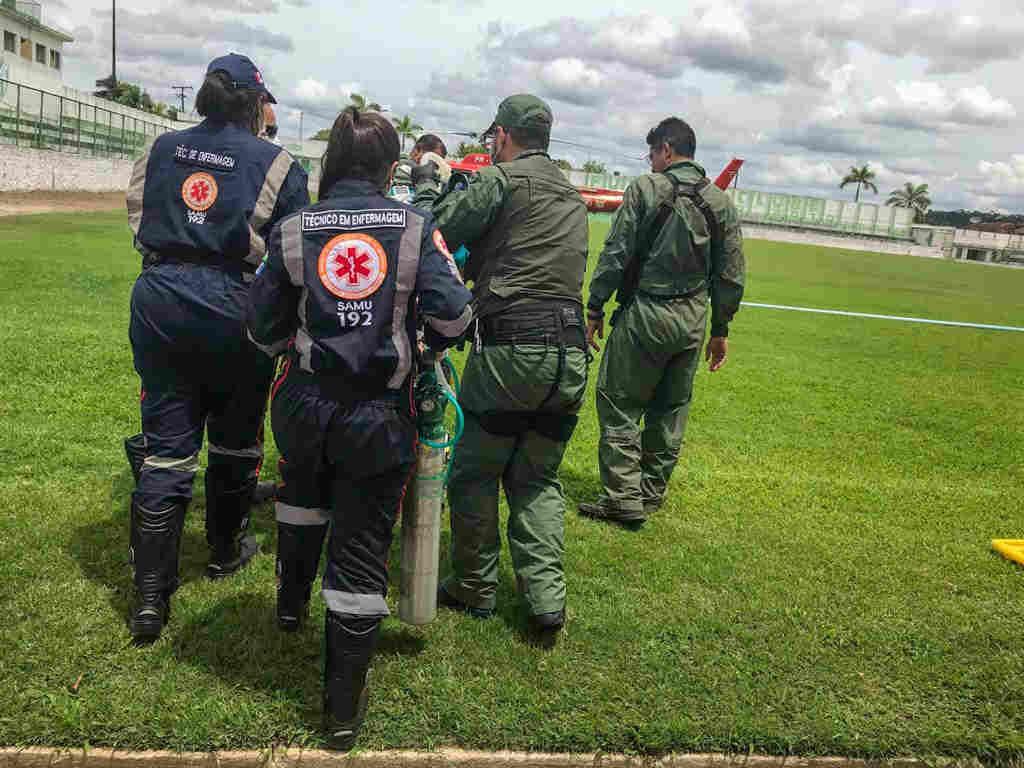 Atendimento do SAMU realizando o atendimento da vítima — © Jailson Colácio