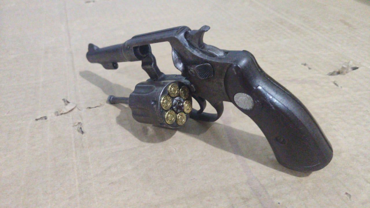 Com o suspeito, foi apreendido um revólver calibre 32 — © PM/AL
