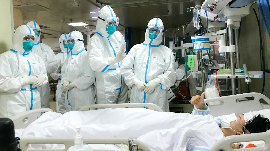Equipe médica com paciente infectado pelo coronavírus