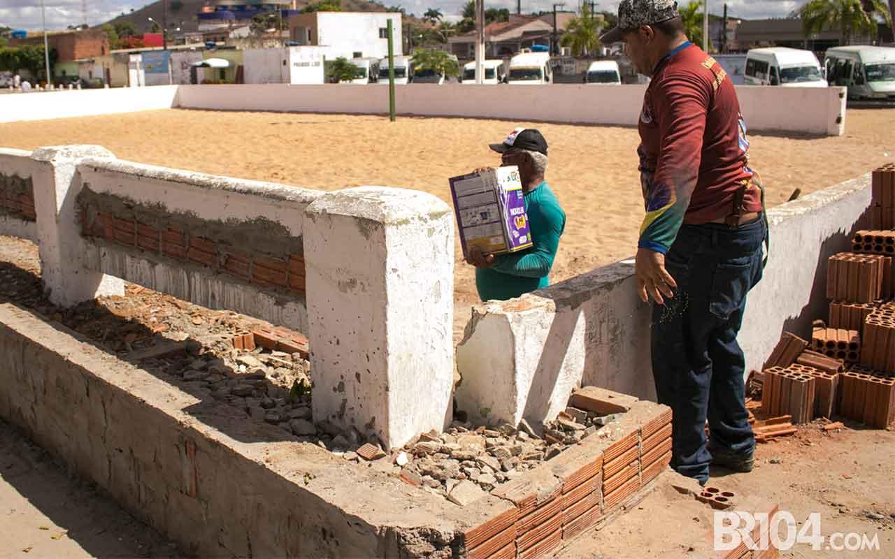 Arquibancadas sendo construída na quadra de areia Dilson Moreira — © Alyson Santos