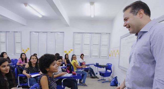 Governador Renan Filho em escola pública — © Márcio Ferreira