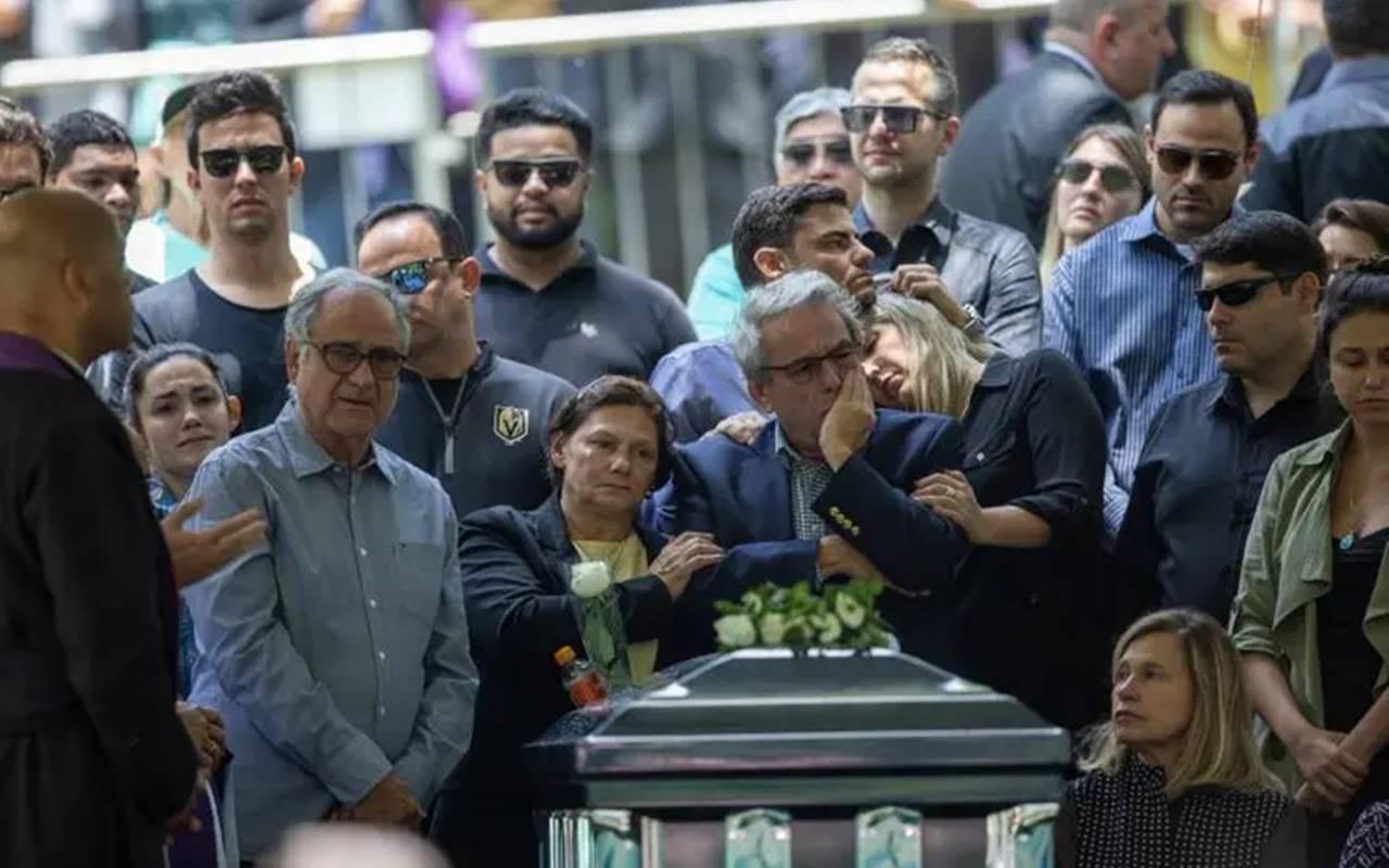 Thiago Salvatico aparece no enterro de Gugu no canto esquerdo da foto — © Danilo Verpa/Folhapress