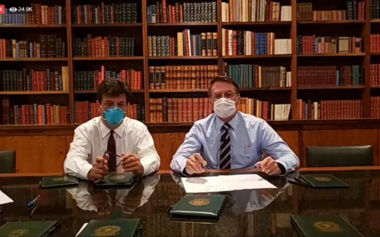 Jair Bolsonaro ao lado do ministro da saúde