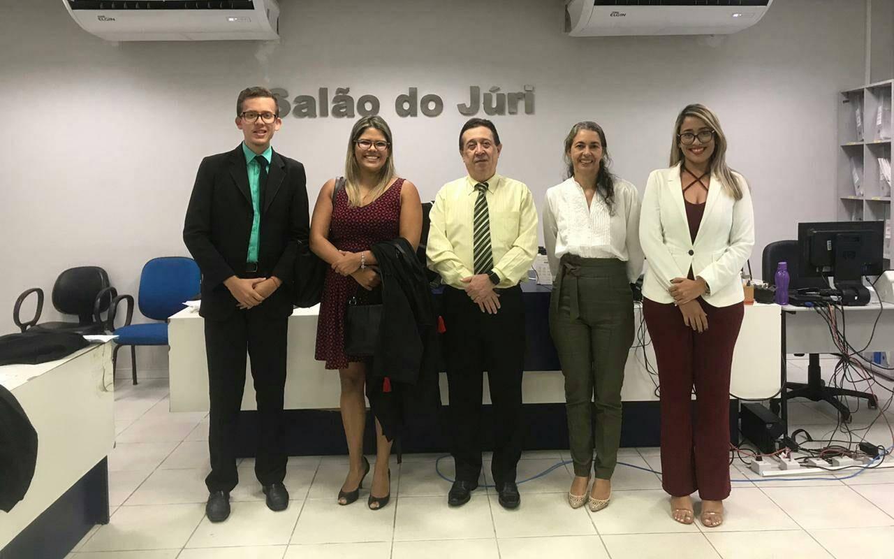 Nathan Lins, assistente; promotora Jeyse; juiz Alberto Ramos; defensora Josicleia Moreira; e Laura Beatriz, assistente