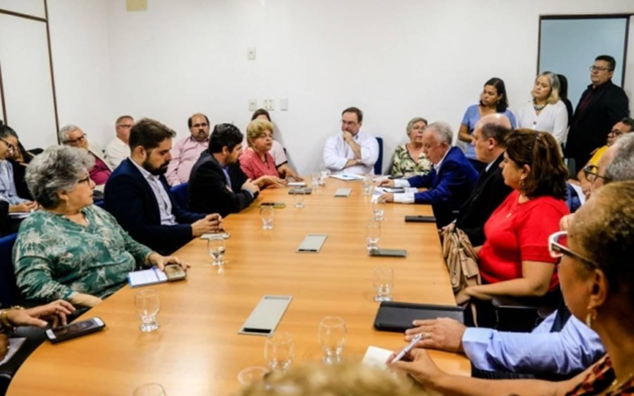 Reunião com representantes das instituições de ensino foi realizada nesta segunda-feira — © GazetaWeb
