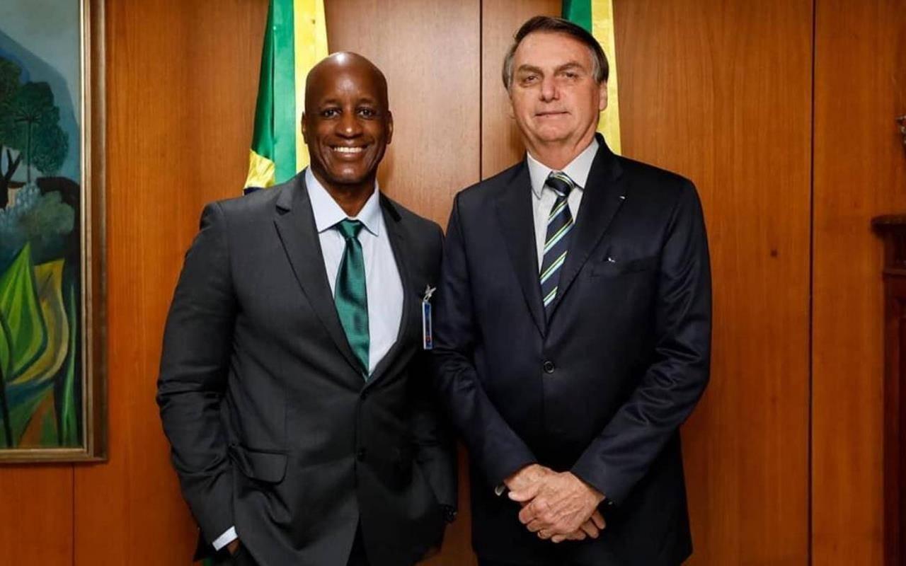 Sérgio Camargo ao lado do presidente Jair Bolsonaro — © Reprodução