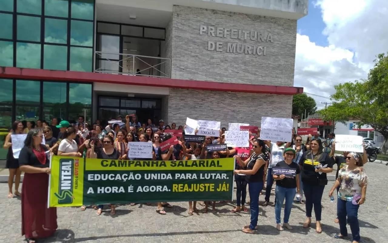 Servidores da educação de Murici em protesto na frente da Prefeitura — © Ascom/Sinteal