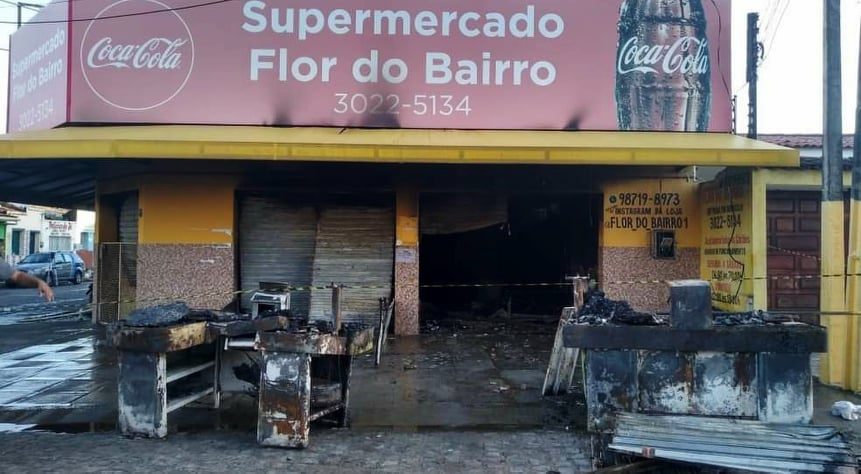 Supermercado incendiado — © Carolina Sanches