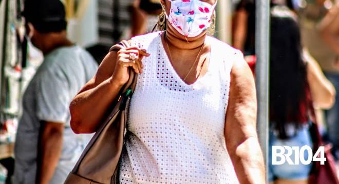 Mulher usando máscara no centro de União dos Palmares - @BR104