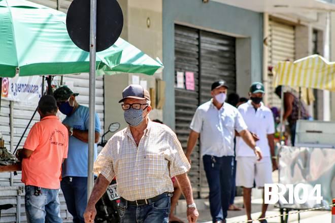 Pessoas usando máscara - @BR104
