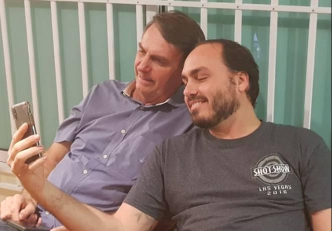 Presidente Jair Bolsonaro e o filho Carlos